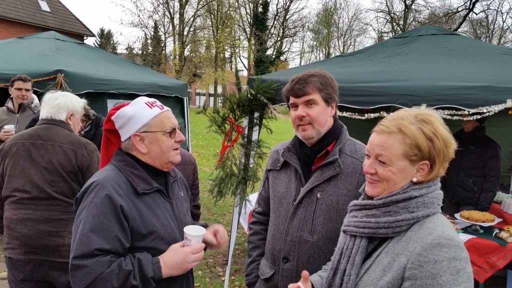 Wolfgang Paul (Vorsitzender des Fördervereins Heideblümchenpark) im Gespräch mit Michaela Engelmeier MdB und Michael Thews MdB